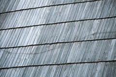防护木木瓦细节在屋顶的 免版税图库摄影