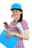防护盔甲的建造者妇女使用手机 库存图片