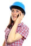 防护盔甲的建造者妇女谈话在手机 免版税库存图片