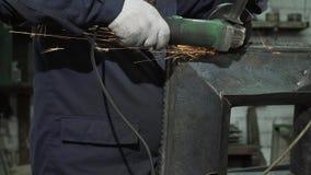 防护衣裳的铁匠和手套研完成的金属项目 股票视频