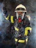 防护齿轮的消防队员 免版税库存照片