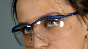 防护玻璃的妇女 影视素材