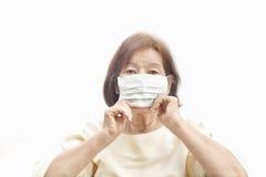防护医疗面具的年长妇女 免版税图库摄影