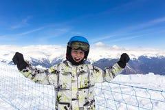 防护滑雪盔甲的快乐的男孩 库存图片