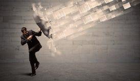 防止与伞的商人受到纸风  免版税库存照片