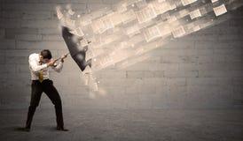 防止与伞的商人受到纸风  免版税图库摄影