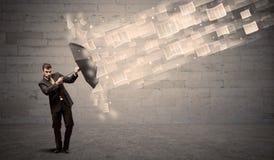 防止与伞的商人受到纸风  免版税库存图片
