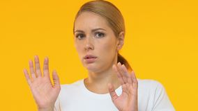 防止免受陌生人的害怕妇女受到橙色背景,特写镜头 股票视频