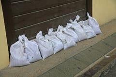 防止的沙袋受到河的洪水在flo期间 免版税库存图片