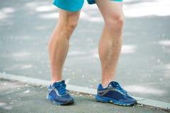 防止静脉肿概念 公运动员赛跑者跑步的公园边路的腿 训练心脏在适当的体育鞋子 库存照片