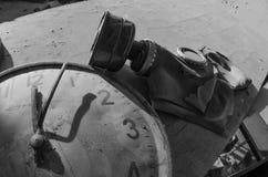 防毒面具和老时钟在被放弃的Pripyat的t木星工厂 免版税图库摄影