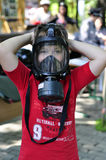 防毒面具的一个男孩 免版税库存照片