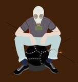 防毒面具的人坐带有一根被点燃的保险丝的一个炸弹 库存图片