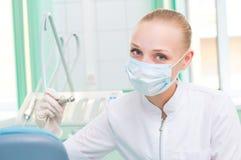 防毒面具的女性牙科医生 库存图片