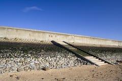 防波堤和步在Canvey海岛,艾塞克斯,英国上 免版税库存照片