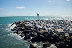 防波堤或防堤被修造自然岩石 免版税库存照片