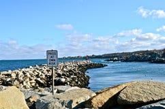防波堤由巨大的岩石制成 免版税库存照片