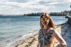 防波堤的女孩在温哥华, BC,加拿大 免版税库存照片