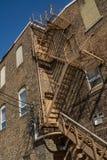 防火梯和砖瓦房 免版税库存图片