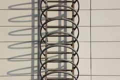 防火梯和阴影在办公楼的墙壁上 免版税图库摄影
