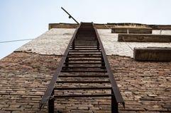 防火梯在砖房子里 库存图片