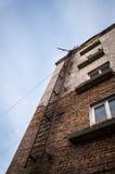 防火梯在砖房子里 库存照片