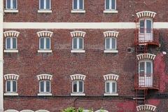 防火梯沿一个砖制造的大厦的门面被安装了在里尔(法国) 免版税库存图片
