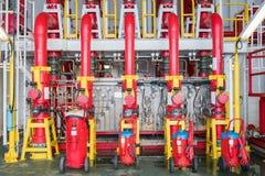 防火系统、洪水阀门和火浇灌倒栽跳水分布高压水冒消防的区域的风险 库存照片