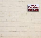 防火线禁止停车符号墙壁 免版税图库摄影