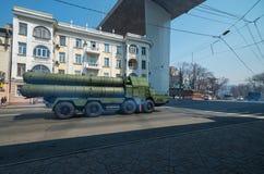 防空导弹系统被压低街道。 免版税图库摄影