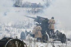 防空火炮队开枪火在地面目标 军事历史重建` 1月雷的片段 免版税库存照片