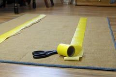 防滑的地毯磁带和剪刀 免版税库存照片
