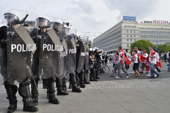 防暴警察和足球迷 库存照片