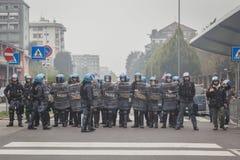 防暴警察观看学生抗议在米兰,意大利 库存图片