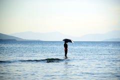 阳伞女孩热天气海滩假期 免版税库存照片