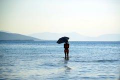 阳伞女孩热天气海滩假期 库存图片