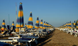 阳伞线在海滩bibione的 库存图片