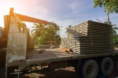 阳光作用,堆钢筋混凝土平板在建筑的卡车装载了 免版税库存图片