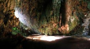 阳光到洞里 免版税库存照片