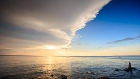 阳光反射渔夫小船岩石在日落的海 股票视频