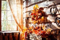 阳光发光通过一个窗口在有木的墙壁的一间屋子里 免版税库存照片