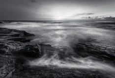 阳光和海浪在沿海岩石,康斯坦丁海湾,康沃尔郡 库存照片