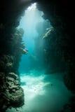 阳光和水下的洞穴 免版税库存照片