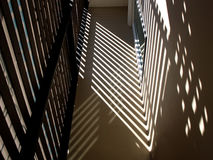 阳光和阴影在墙壁上 免版税库存照片