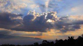 阳光在云彩后发光在黎明有山景 股票录像