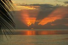 阳光在云彩后的在海上 免版税图库摄影