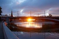 阳光在克里姆林宫附近的大石桥梁下 免版税库存图片
