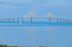 阳光在坦帕湾佛罗里达的Skyway桥梁 库存图片
