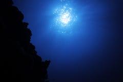 阳光在蓝色海表面 免版税库存图片