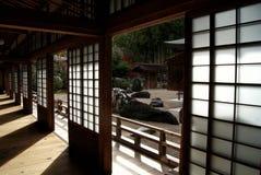 阳光在高野山的,日本神道的信徒的修道院里 免版税图库摄影